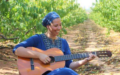 בדרך לבמה עם הזמרת גילי סומך וצלר – איך לצמוח מתוך משבר עם המוסיקה
