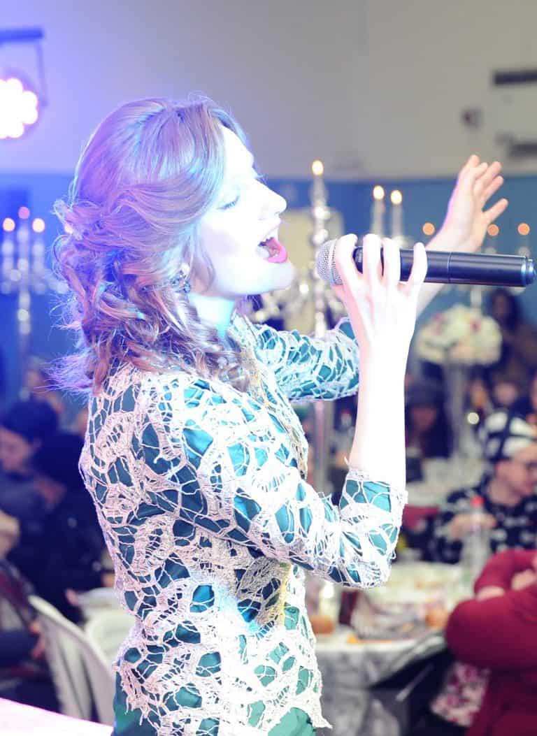 בדרך לבמה עם הזמרת לאה דרור – איך להגיע להפקת מופע גדול