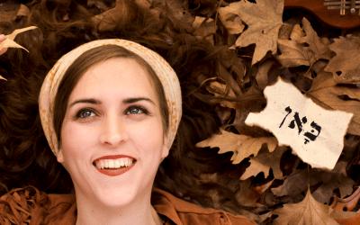 בדרך לבמה עם הזמרת קילי הלפרין – איך לצאת לאור בלי ליפול לחושך