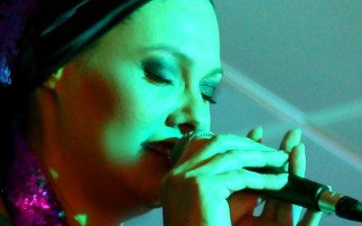 בדרך לבמה עם הזמרת גיטל ואטורי – איך להשתיק את הביקורת העצמית