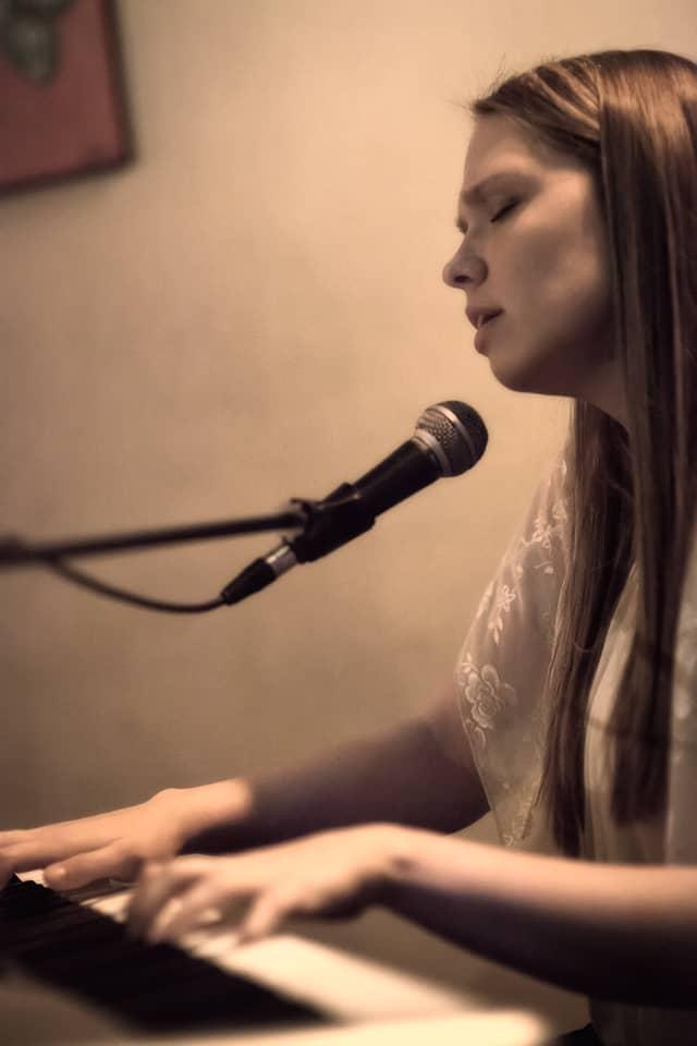 בדרך לבמה עם הזמרת סשה בקמן – אילתורים, על הבמה ובחיים