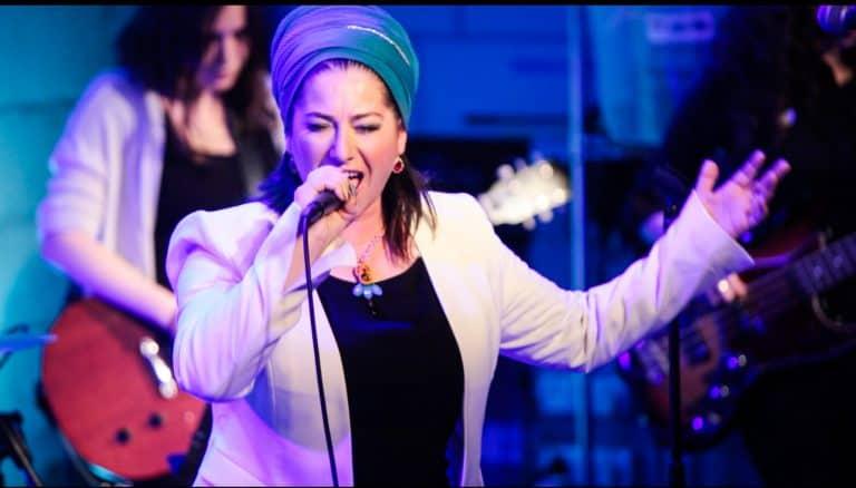 בדרך לבמה עם הזמרת ריקה רזאל – איך לבנות קהל שיגיע להופעות