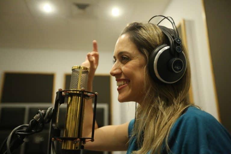 בדרך לבמה עם הזמרת שירה אורן – איך להפיק אלבום מקצועי ברמה הגבוהה ביותר