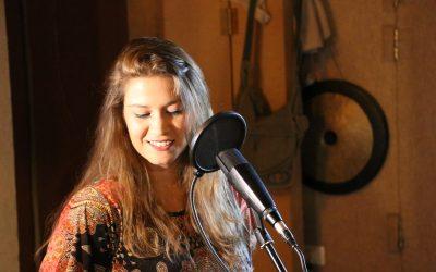 בדרך לבמה עם הזמרת איילת קולט – טיפול באמצעות הקול