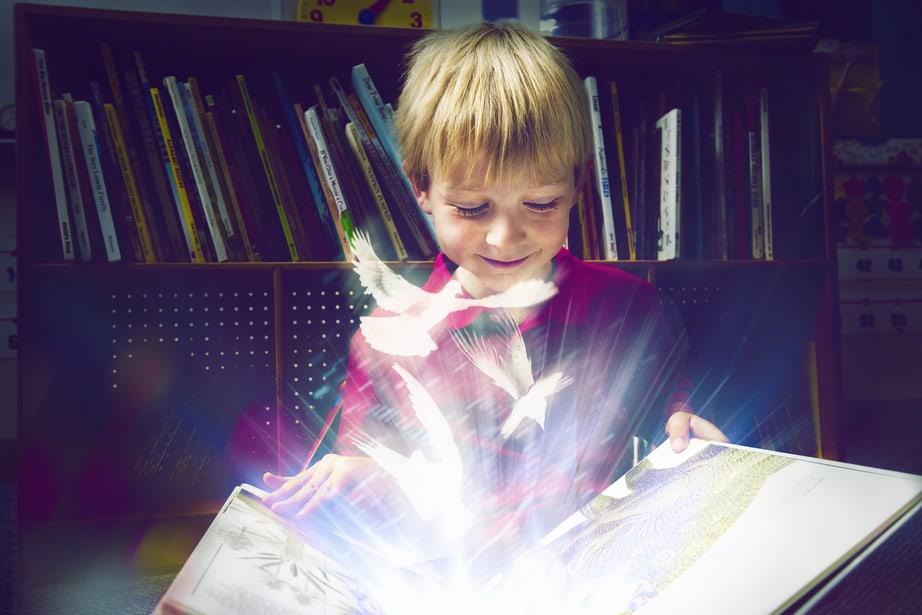 ילד קורא ספר קסום